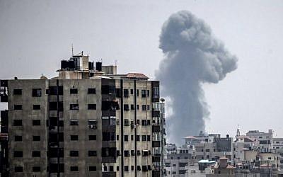 Una fotografía tomada el 14 de julio de 2018 muestra una columna de humo que se eleva después de un ataque aéreo israelí en la ciudad de Gaza (AFP PHOTO / MAHMUD HAMS)