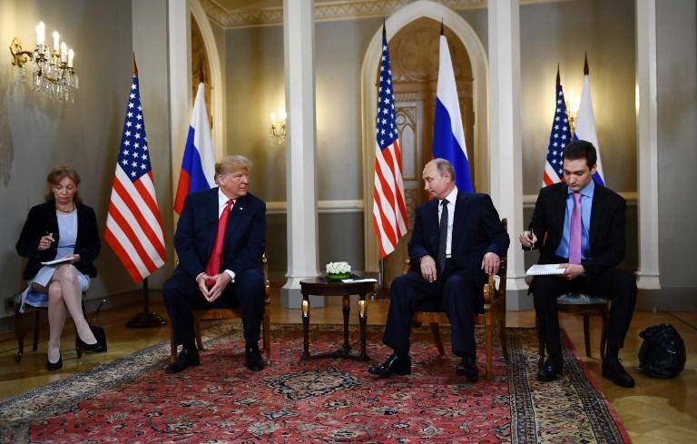 El presidente ruso Vladimir Putin (2R) y el presidente estadounidense Donald Trump (2L) asisten a una reunión en Helsinki, el 16 de julio de 2018. (AFP PHOTO / Brendan Smialowski)