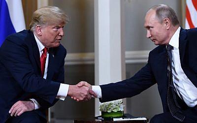 El presidente ruso Vladimir Putin (R) y el presidente estadounidense Donald Trump se dan la mano antes de una reunión en Helsinki, el 16 de julio de 2018. (AFP PHOTO / Brendan Smialowski)
