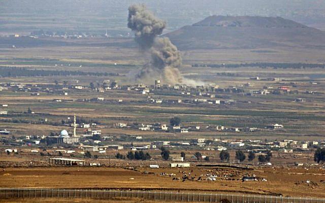 Una imagen tomada el 19 de julio de 2018 desde los Altos del Golán muestra humo que sube en un área donde las fuerzas gubernamentales respaldadas por Rusia en Siria han estado llevando a cabo ataques aéreos cerca de la aldea de al-Rafid en la provincia sureña siria de Quneitra. (AFP / JALAA MAREY)