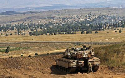 Una foto tomada el 20 de julio de 2018 en los Altos del Golán muestra un tanque Merkava israelí tomando posición en la frontera entre Israel y Siria. (AFP Photo / Jalaa Marey)