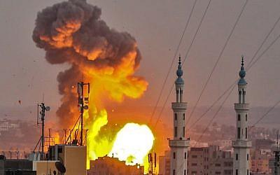 Una foto tomada el 20 de julio de 2018 muestra una explosión de una bola de fuego en la ciudad de Gaza durante un ataque aéreo israelí. (AFP Photo / Bashar Taleb)