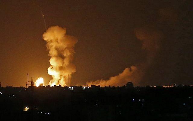 Una foto tomada el 20 de julio de 2018 muestra explosiones del bombardeo israelí en Khan Yunis en el sur de la Franja de Gaza. (AFP / Said Khatib)