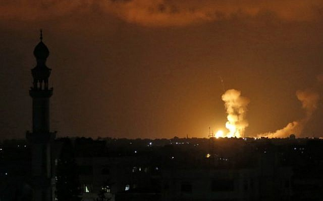 Las explosiones se observan después de los ataques israelíes en Khan Younis en el sur de la Franja de Gaza el 20 de julio de 2018. (AFP Photo / Said Khatib)