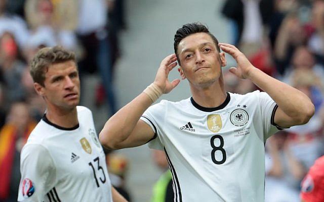 El centrocampista alemán Mesut Oezil, a la derecha, reacciona durante la ronda de dieciseisavos de euro 2016 entre Alemania y Eslovaquia en el estadio Pierre-Mauroy en Villeneuve-d'Ascq, cerca de Lille, el 26 de junio de 2016. (KENZO TRIBOUILLARD / AFP)
