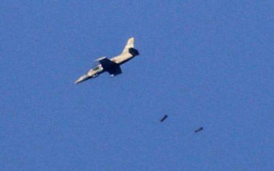 Una foto tomada el 23 de julio de 2018 desde los Altos del Golán, anexionados por Israel, muestra un avión de guerra que arroja una carga en la provincia suroccidental de Daraa, en Siria, durante una ofensiva liderada por el gobierno sirio en la zona. (AFP / JALAA MAREY)