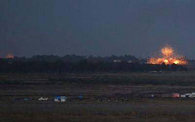 Una fotografía tomada el 24 de julio de 2018 desde la colina Tal Saki en los Altos del Golán muestra varias explosiones causadas por el bombardeo del régimen de objetivos rebeldes al otro lado de la frontera en Daraa. (AFP PHOTO / JALAA MAREY)