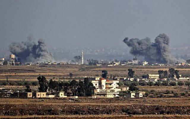 Una foto tomada el 26 de julio de 2018, cerca del Kibbutz Ein Zivan en los Altos del Golán israelí, muestra el humo que se eleva a través de la frontera en Siria tras los ataques aéreos durante una ofensiva liderada por el gobierno sirio en la provincia sureña de Quneitra. (AFP Photo / Jack Guez)