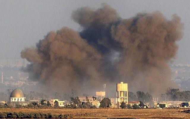 Una imagen tomada el 26 de julio, 2018, cerca del Kibbutz Ein Zivan en los Altos del Golán de Israel, muestra humo que se eleva por encima de edificios a través de la frontera en Siria durante los ataques aéreos que respaldan una ofensiva liderada por el gobierno en el sur de la provincia de Quneitra. (AFP Photo / Jack Guez)