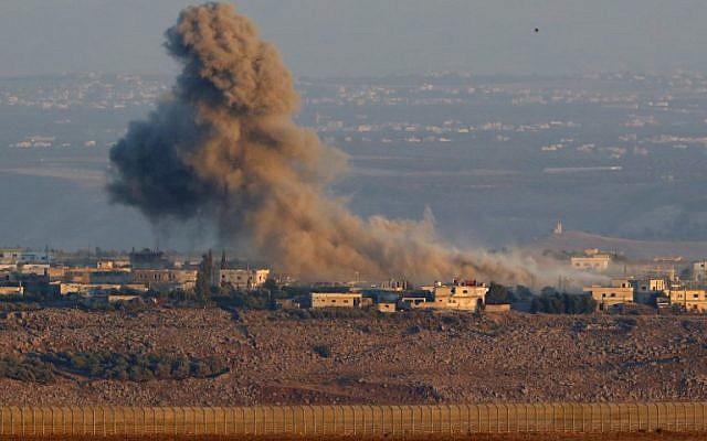 Una foto tomada el 26 de julio de 2018, cerca de Ein Zivan en los Altos del Golán israelí, muestra humo que se eleva sobre los edificios al otro lado de la frontera en Siria durante los ataques aéreos que respaldan una ofensiva liderada por el gobierno en la provincia sureña de Quneitra. (AFP PHOTO / Jack GUEZ)