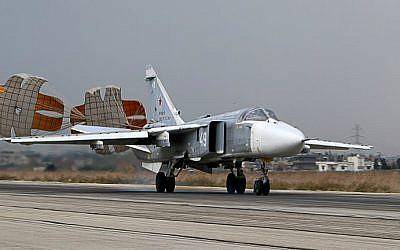 Archivo: Un bombardero ruso Sukhoi Su-24 aterriza en la base militar rusa Hmeimin en la provincia de Latakia, en el noroeste de Siria, el 16 de diciembre de 2015. (Paul Gypteau / AFP)