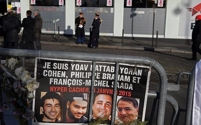Los guardias republicanos se paran frente al supermercado Hyper Cacher antes de una ceremonia que marca el segundo aniversario del ataque mortal contra la tienda en París el 5 de enero de 2017. (AFP / CHRISTOPHE ARCHAMBAULT)
