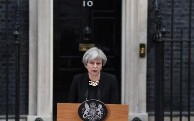 La primera ministra de Gran Bretaña, Theresa May, pronuncia un comunicado a las afueras de 10 Downing Street, en el centro de Londres, el 4 de junio de 2017, tras el ataque terrorista del 3 de junio. (AFP PHOTO / Justin TALLIS)
