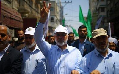El líder de Hamas, Ismail Haniyeh, y el portavoz Fawzi Barhoum asisten a una protesta en la ciudad de Gaza el 22 de julio de 2017 contra las nuevas medidas de seguridad implementadas en el sitio sagrado, que incluyen detectores de metales y cámaras, tras un ataque que mató a dos policías israelíes. semana pasada. (AFP / Mohammed Abed)