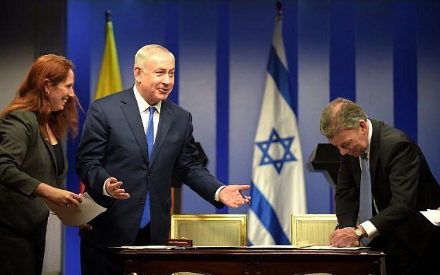 El primer ministro, Benjamín Netanyahu (izq.) Y el presidente colombiano, Juan Manuel Santos, sonríen durante una ceremonia para firmar acuerdos en el palacio de Narino en Bogotá el 13 de septiembre de 2017. (Raúl Arboleda / AFP)