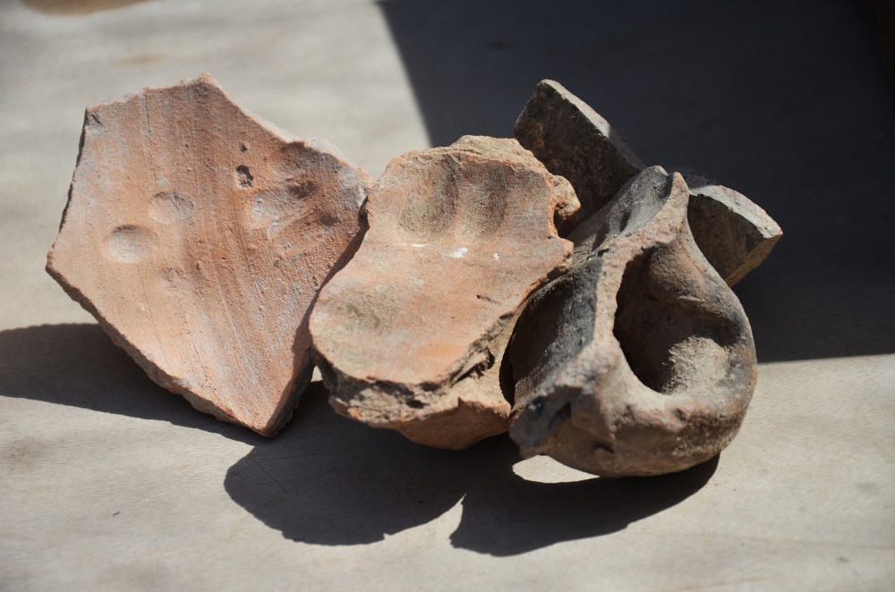 Huellas dactilares de los alfareros que sujetaron las manijas al cántaro hace unos 1.500 años en esta zona industrial antigua del norte de Gedera. (Yoli Schwartz, Autoridad de Antigüedades de Israel)