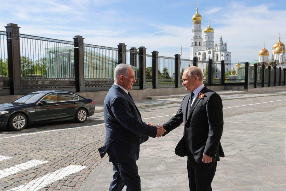 El presidente ruso, Vladimir Putin, da la bienvenida al primer ministro israelí, Benjamin Netanyahu, antes del desfile militar del Día de la Victoria en Moscú. 9 de mayo de 2018. Crédito: MIKHAIL KLIMENTYEV / AFP