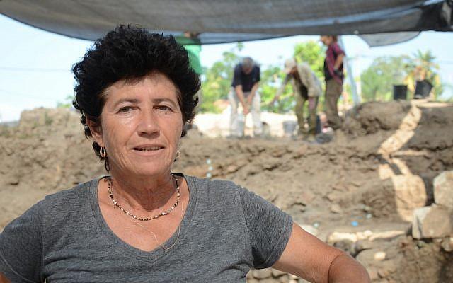 La directora de excavación Ella Nagorsky en el sitio de excavación del norte de Gedera. (Autoridad de Antigüedades de Israel)