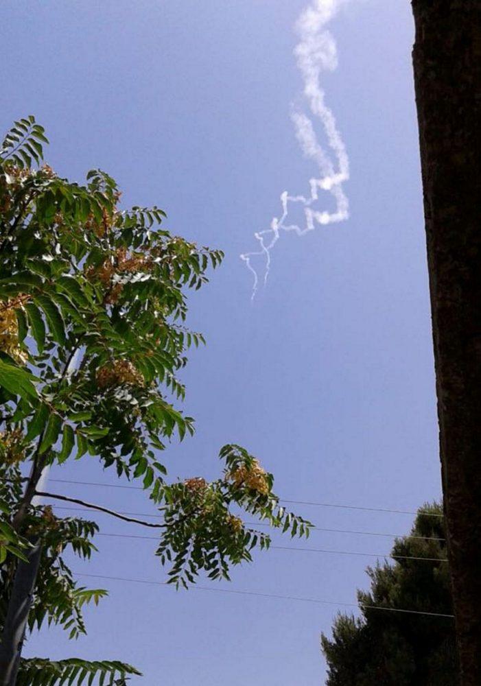 Rastros de humo de dos misiles Patriot vistos cerca de la ciudad israelí de Safed, norte de Israel, el 24 de julio de 2018. \ STRINGER / REUTERS