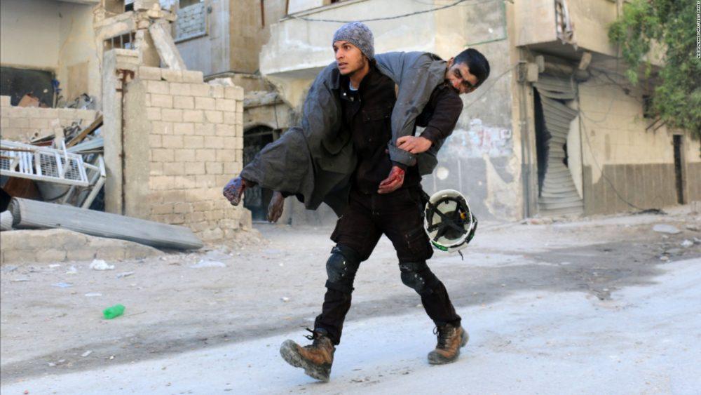 Activista de Cascos Blancos rescatando a un refugiado sirio en Alepo (Foto: AFP)