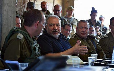 El ministro de Defensa, Avigdor Liberman, se reúne con altos oficiales de las FDI durante un ejercicio simulando la guerra en la Franja de Gaza el 17 de julio de 2018. (Ariel Hermoni / Ministerio de Defensa)