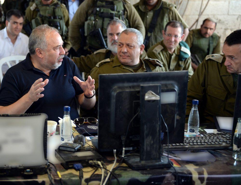 El Ministro de Defensa, Avigdor Liberman, a la izquierda, habla con el Jefe del Estado Mayor de las FDI, Gadi Eisenkot, y el Jefe del Comandante General del FDI Comandante General Herzl Halevi, durante un ejercicio simulando la guerra en la Franja de Gaza el 17 de julio de 2018. ( Ariel Hermoni / Ministerio de Defensa)