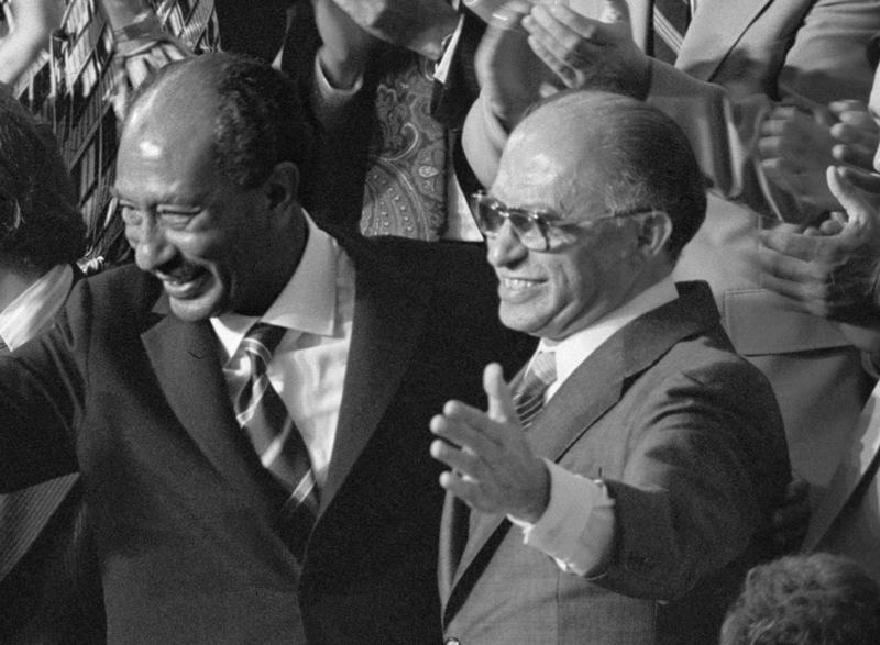 En la foto: el presidente egipcio Anwar Sadat (izquierda) y el primer ministro israelí Menachem Begin (derecha) reconocen los aplausos durante una sesión conjunta del Congreso en la que el presidente estadounidense Jimmy Carter anunció los resultados de los Acuerdos de Camp David el 18 de septiembre de 1978. (Fuente de la imagen: Warren K. Leffler / Biblioteca del Congreso)