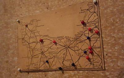 Mapa del norte de Francia en el que Otto Frank rastreó el avance de los ejércitos aliados en junio y julio de 1944, como se ve en el 'Anexo secreto' del museo de la Casa de Ana Frank en Amsterdam, Países Bajos (Matt Lebovic / The Times of Israel)