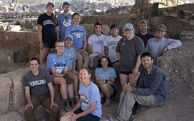2018 Excavación de Huqoq con estudiantes de la Universidad de Carolina del Norte-Chapel Hill, la directora de excavación circundante Dra. Jodi Magness. (Jim Haberman vía UNC-Chapel Hill)