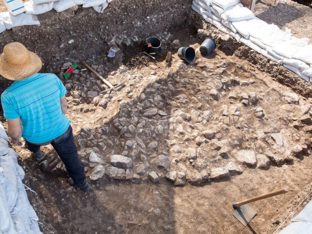 """Piso de mampostería elaborado y edificios de """"reunión pública"""" encontrados en un pueblo de 9,000 años en Motza Crédito: Emil Salman"""