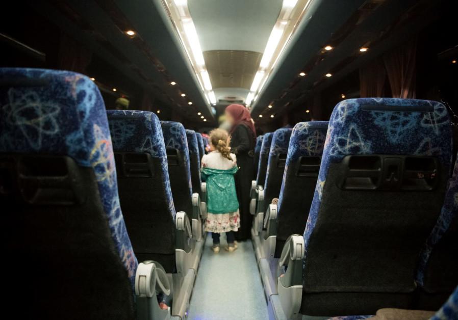 """En la foto: miembros de la familia de """"Cascos blancos"""" sirios, rescatados por Israel, a bordo de un autobús que los transportó a Jordania, el 22 de julio. (Fuente de la imagen: FDI)"""