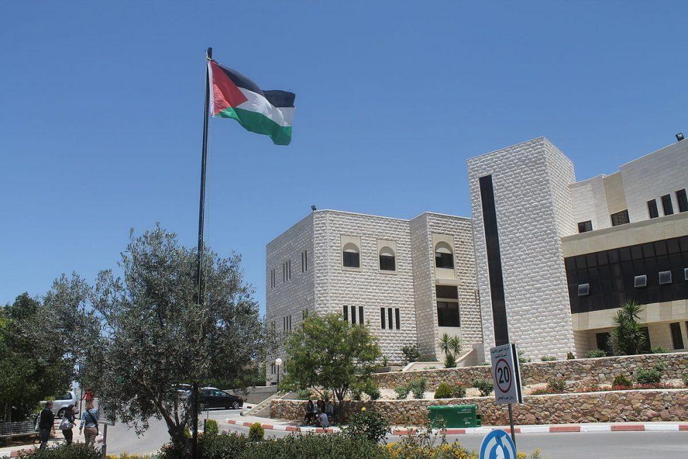 Como parte del esfuerzo continuo de la Autoridad Palestina para silenciar e intimidar a sus críticos y rivales políticos, un grupo de estudiantes de la Universidad Bir Zeit (en la foto) han sido arrestados o citados para ser interrogados por las fuerzas de seguridad de la Autoridad Palestina. (Fuente de la imagen: Oromiya321 / Wikimedia Commons)