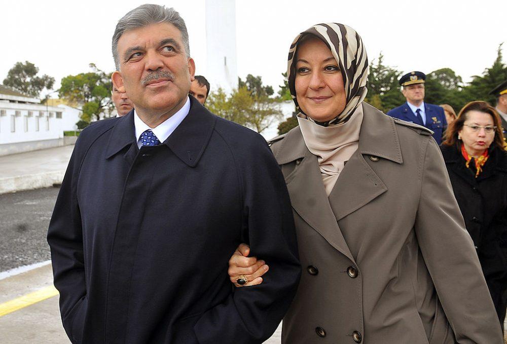 El presidente de Turquía desde 2007 hasta 2014, Abdullah Gül (izquierda), era un hombre de 30 años cuando se casó con su esposa Hayrünnisa (derecha) cuando tenía 15 años. (Foto de la oficina de prensa de la OTAN a través de Getty Images)