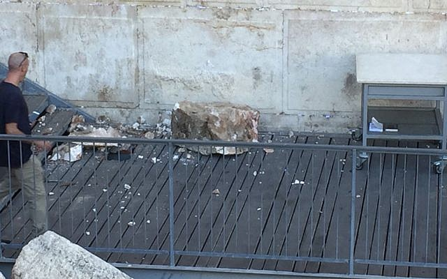 Una roca del Muro Occidental cae sobre una plataforma de oración el 23 de julio de 2018 (Cortesía / The Western Wall Heritage Foundation a través del Movimiento Masorti de Israel)