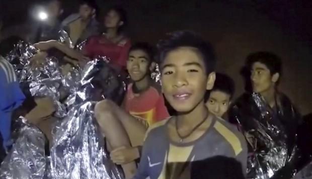 Mineros chilenos aconsejan a niños tailandeses sobre la fama repentina