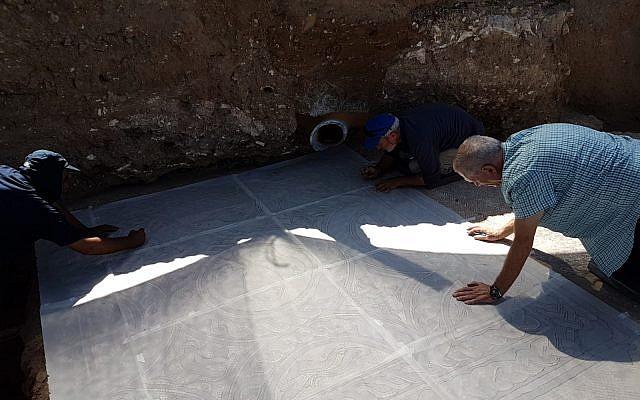 Los expertos en conservación se preparan para eliminar la sección recién expuesta del mosaico de Lod para la conservación. Cuando se erija el Centro de Visitantes, se mostrará el mosaico. (Raleb Abu Diab, AAI)