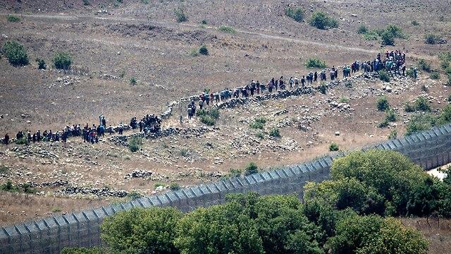 Refugiados sirios acercándose a la frontera con Israel (Foto: EPA)