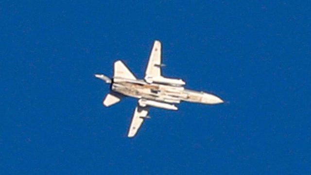 Avión de combate MIG volando muy cerca de la frontera (Foto: AFP)
