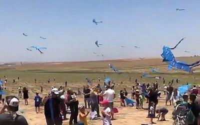 Los israelíes participan en una manifestación cerca de la frontera de Gaza que pide el regreso de los cuerpos de soldados de las FDI detenidos por Hamas el 6 de julio de 2018. (Captura de pantalla: Twitter)