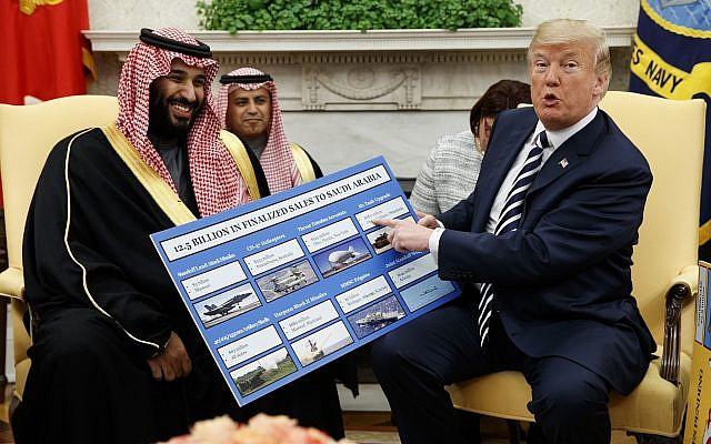 El presidente de Estados Unidos, Donald Trump, muestra un gráfico que destaca las ventas de armas a Arabia Saudita durante una reunión con el príncipe heredero saudí Mohammed bin Salman en la Oficina Oval de la Casa Blanca, el 20 de marzo de 2018, en Washington. (AP Photo / Evan Vucci)