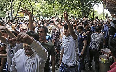 Un grupo de manifestantes grita consignas en el antiguo gran bazar en Teherán, Irán, el 25 de junio de 2018. (Agencia de noticias del trabajo iraní vía AP)