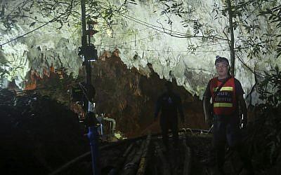 La policía tailandesa vigila la entrada a un complejo de cuevas donde 12 niños y su entrenador de fútbol desaparecieron, en Mae Sai, provincia de Chiang Rai, en el norte de Tailandia, el 1 de julio de 2018. (AP Photo / Sakchai Lalit)