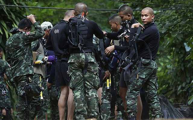 Los equipos de rescate preparan equipo de buceo a la entrada de un complejo de cuevas en el que 12 niños y su entrenador de fútbol quedan atrapados en Mae Sai, provincia de Chiang Rai, en el norte de Tailandia, el 4 de julio de 2018. (AP Photo / Sakchai Lalit)
