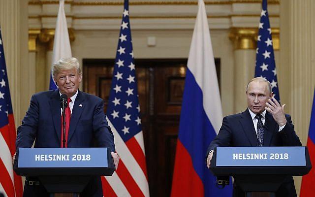 El presidente estadounidense, Donald Trump, a la izquierda, escucha al presidente ruso, Vladimir Putin, durante una conferencia de prensa después de su reunión en el Palacio Presidencial en Helsinki, Finlandia, el 16 de julio de 2018. (AP Photo / Alexander Zemlianichenko)