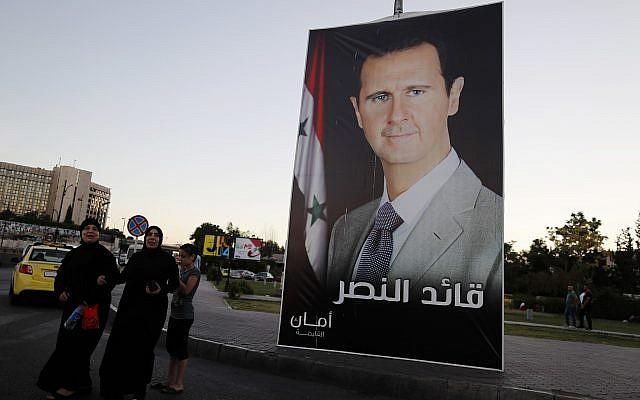 """Un cartel del presidente Bashar Assad con árabe que decía: """"Líder de la victoria"""" cuelga en una calle de la plaza Omayyid, Siria, el 18 de julio de 2018. (Hassan Ammar / AP)"""