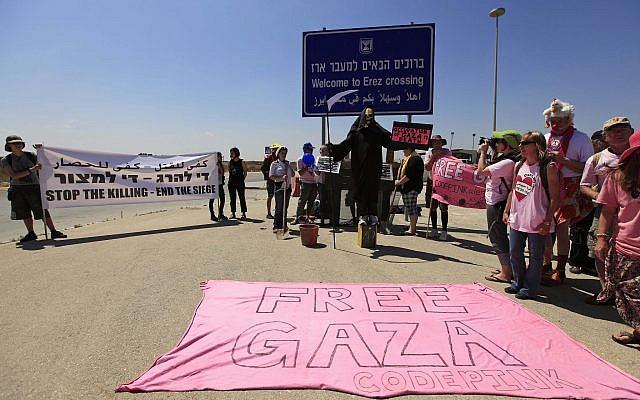 Activistas israelíes y extranjeros, de la Coalición israelí de Mujeres por la Paz y la organización feminista internacional Code Pink, protestan contra el bloqueo israelí de la Franja de Gaza, en el cruce fronterizo de Erez entre Israel y Gaza, en el sur de Israel, el lunes 8 de junio de 2009. (AP / Tsafrir Abayov)