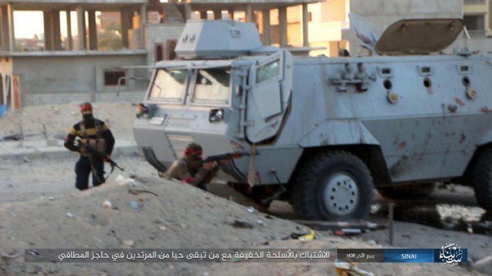 Ilustrativo: Esta foto publicada en un sitio web para compartir archivos el miércoles, 11 de enero de 2017, por el Grupo de Estado Islámico en Sinaí, muestra un ataque mortal de militantes en un puesto de control de la policía egipcia el lunes 9 de enero de 2017 en el-Arish , al norte de Sinai, Egipto El ejército egipcio dice que ha comenzado una importante operación de seguridad en áreas como la agitada península septentrional del Sinaí, donde los militantes islámicos están más activos. (Grupo de Estado Islámico en el Sinaí, a través de AP, Archivo)