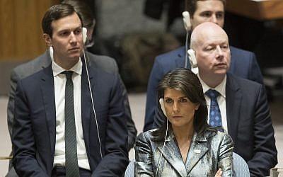 Embajador de las Naciones Unidas Nikki Haley, Jared Kushner, izquierda, y Jason Greenblatt, escuchan mientras el presidente de la Autoridad Palestina Mahmoud Abbas habla durante una reunión del Consejo de Seguridad sobre la situación en Palestina, el martes 20 de febrero de 2018 en la sede de las Naciones Unidas . (Foto AP / Mary Altaffer)