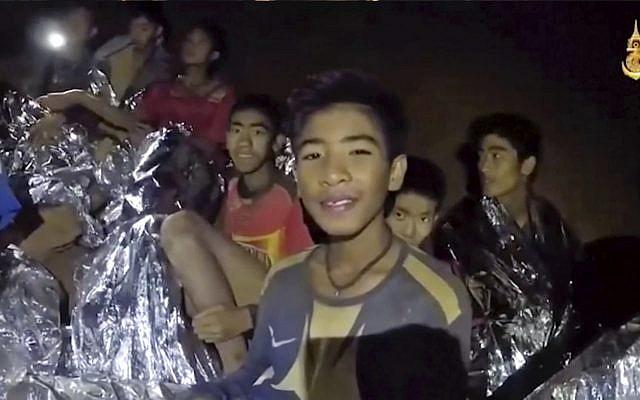La imagen tomada del video muestra niños tailandeses atrapados dentro de una cueva en Mae Sai, al norte de Tailandia. (Página de Facebook de Royal Thai Navy a través de AP)