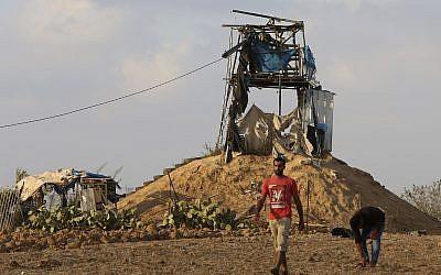 Los palestinos inspeccionan un puesto de observación militar que fue alcanzado por un tanque israelí al este de Khan Younis, al sur de la Franja de Gaza, el viernes 20 de julio de 2018 (AP Photo / Adel Hana)